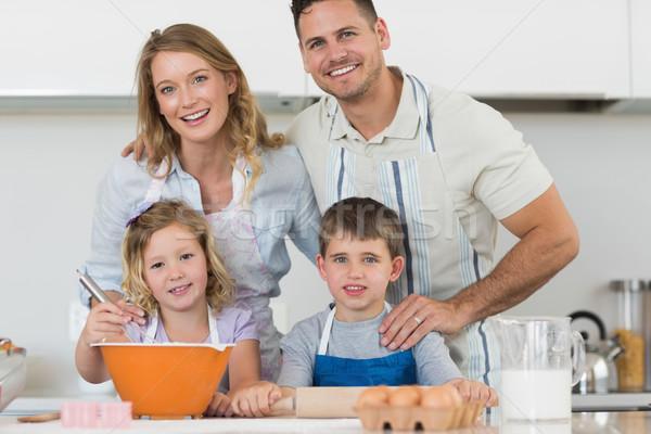 Famille heureuse cookies compteur de cuisine portrait ensemble Photo stock © wavebreak_media
