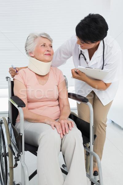 Médecin parler supérieurs patient fauteuil roulant médicaux Photo stock © wavebreak_media