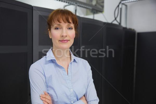 Csinos technikus mosolyog kamera vmi mellett szerver Stock fotó © wavebreak_media