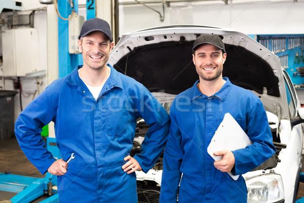 Equipo mecánica sonriendo cámara reparación garaje Foto stock © wavebreak_media