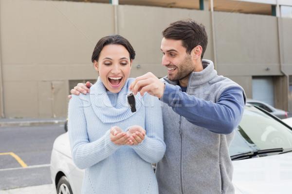 ストックフォト: 若い男 · 意外 · ガールフレンド · 新しい車 · 外 · 車