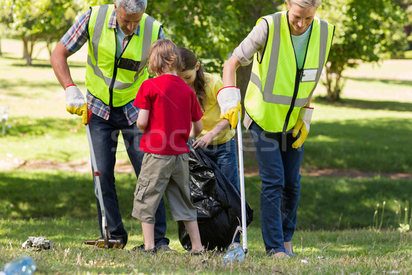Boldog család gyűjt hulladék napos idő férfi boldog Stock fotó © wavebreak_media