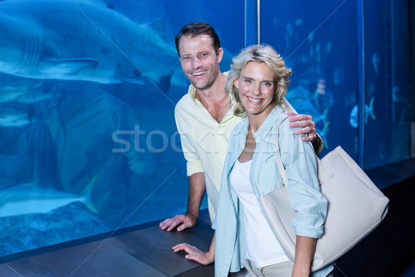 Feliz casal olhando câmera peixe Foto stock © wavebreak_media