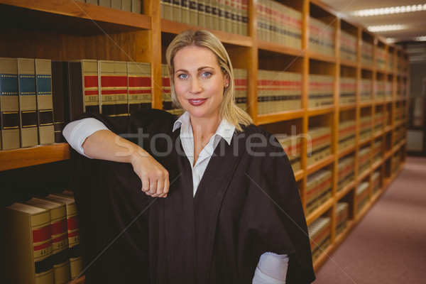 Uśmiechnięty adwokat półka biblioteki kobieta Zdjęcia stock © wavebreak_media