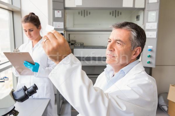 Senior wetenschapper naar slide laboratorium school Stockfoto © wavebreak_media