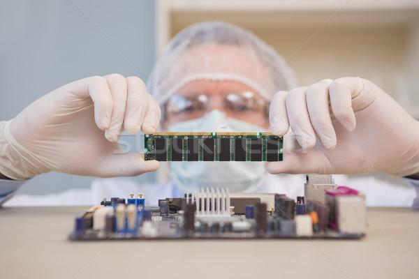 Mérnök dolgozik törött processzor laboratórium technológia Stock fotó © wavebreak_media