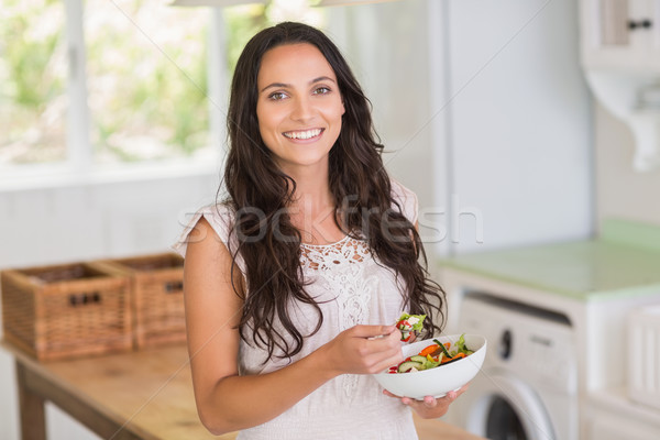 Csinos barna hajú eszik saláta otthon ház Stock fotó © wavebreak_media