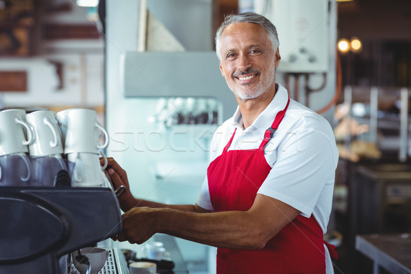 Gelukkig barista glimlachend camera cafe Stockfoto © wavebreak_media