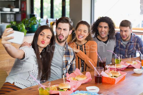 Donna amici ristorante sorriso Foto d'archivio © wavebreak_media