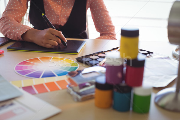 Középső rész üzletasszony dolgozik iroda asztal kreatív Stock fotó © wavebreak_media