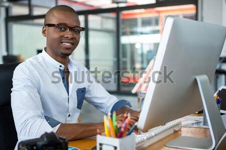 портрет улыбаясь бизнесмен рабочих служба компьютер Сток-фото © wavebreak_media