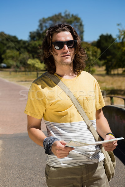 Touristiques homme lunettes de soleil carte parc Photo stock © wavebreak_media