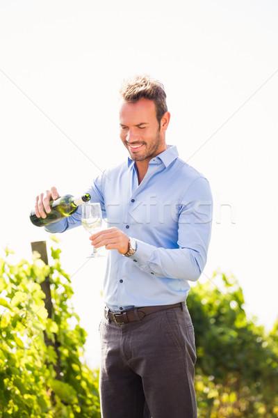 Hombre vino botella vidrio cielo Foto stock © wavebreak_media
