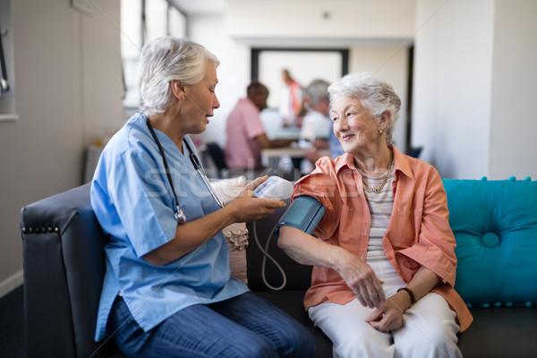 看護 シニア 女性 血圧 老人ホーム 座って ストックフォト © wavebreak_media