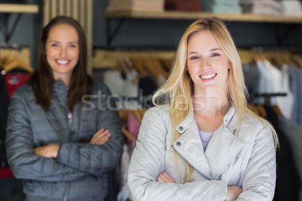 Sonriendo los brazos cruzados mirando cámara amigo Foto stock © wavebreak_media