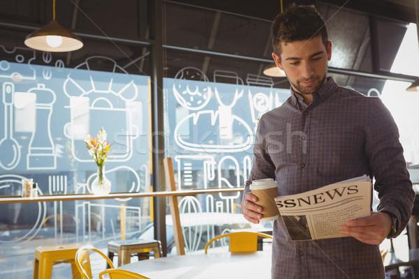 üzletember olvas újság kávé fiatal kávézó Stock fotó © wavebreak_media