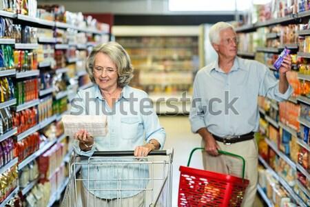 Mosolyog idős nő elvesz gabonapehely doboz Stock fotó © wavebreak_media