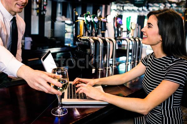 Csapos üveg bor nő laptopot használ bár Stock fotó © wavebreak_media