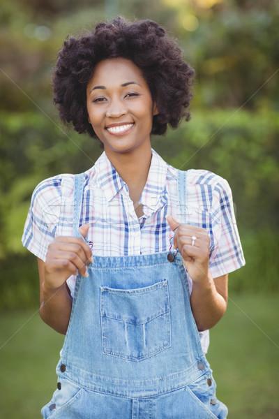 Femme souriante jardin regarder caméra femme heureux Photo stock © wavebreak_media