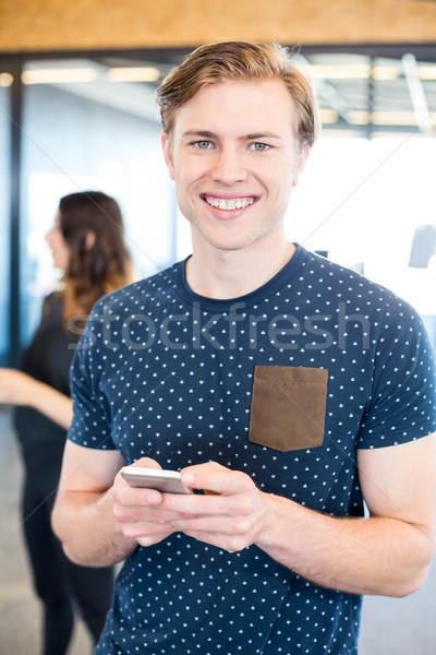 Człowiek sms smartphone portret biuro działalności Zdjęcia stock © wavebreak_media