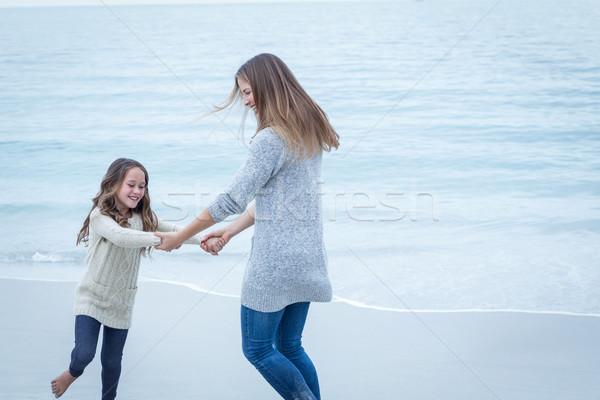 Anne kız oynama deniz kıyı mutlu Stok fotoğraf © wavebreak_media