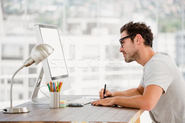 Fiatalember toll táblagép asztal iroda számítógép Stock fotó © wavebreak_media