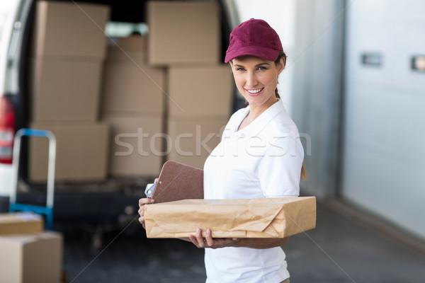 Portré házhozszállítás nő tart kartondoboz mosolyog Stock fotó © wavebreak_media