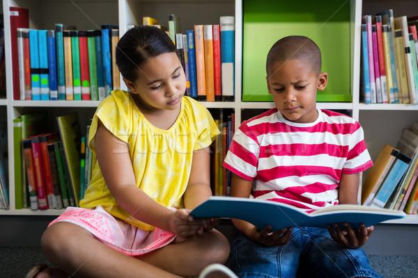 élémentaire élèves lecture livre bibliothèque école Photo stock © wavebreak_media