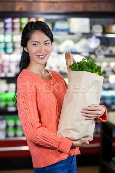 Nő tart élelmiszer papírzacskó portré élelmiszer Stock fotó © wavebreak_media