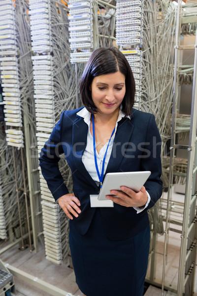 Technikus digitális tabletta gyönyörű szerver szoba Stock fotó © wavebreak_media