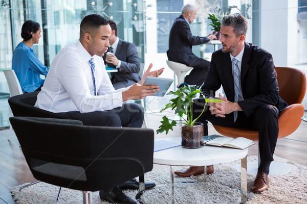 бизнесменов обсуждение цифровой таблетка служба бизнеса Сток-фото © wavebreak_media