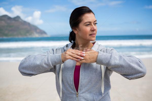 érett nő előad nyújtás testmozgás tengerpart nő Stock fotó © wavebreak_media