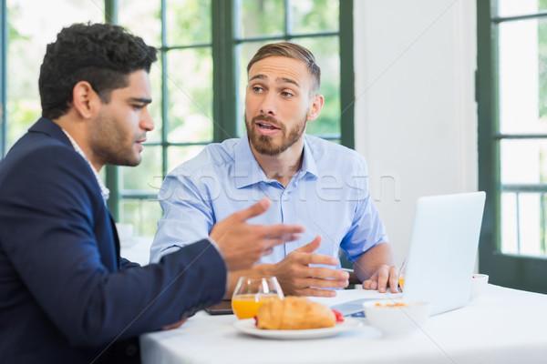 Zakenman collega met behulp van laptop restaurant business internet Stockfoto © wavebreak_media