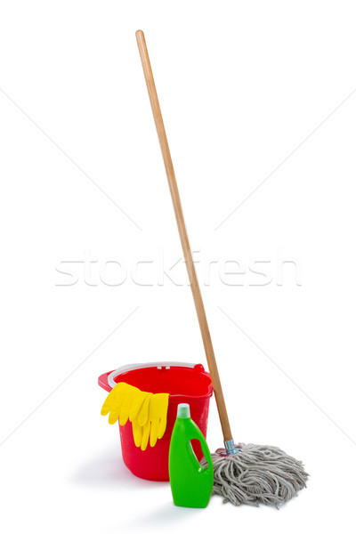 Produits de nettoyage seau bois vert bouteille rouge Photo stock © wavebreak_media