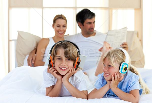 Fivér lánytestvér hallgat zene fejhallgató család Stock fotó © wavebreak_media