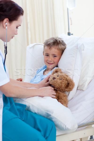 Vrouwelijke arts luisteren kind borst teddybeer Stockfoto © wavebreak_media