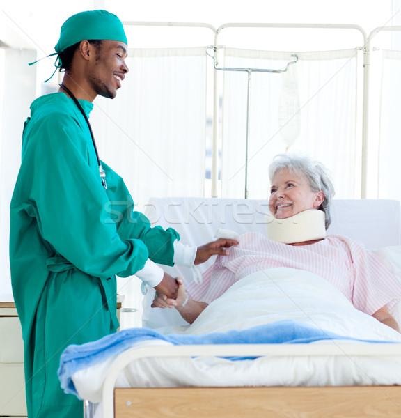 Sebész gondoskodó beteg kórház mosoly munka Stock fotó © wavebreak_media