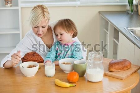 Sorrindo bolinhos filha cozinha mulher Foto stock © wavebreak_media