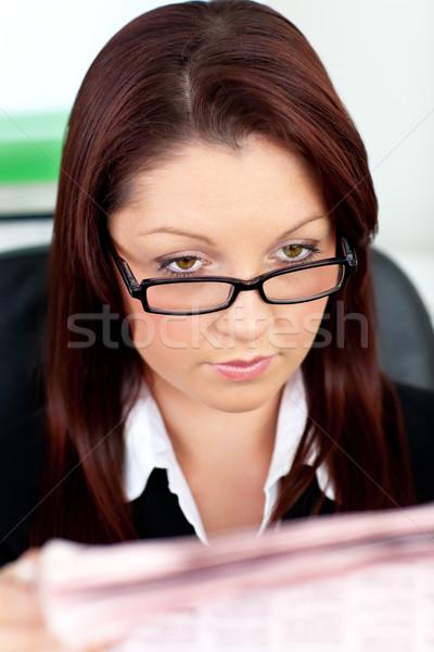Elragadtatott fiatal üzletasszony olvas újság iroda Stock fotó © wavebreak_media