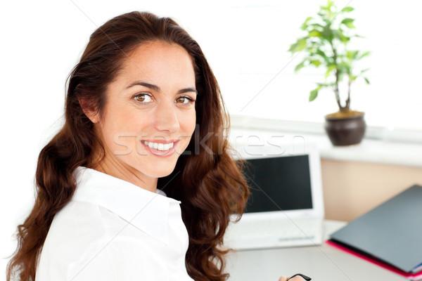 Femme d'affaires souriant caméra séance heureux Photo stock © wavebreak_media