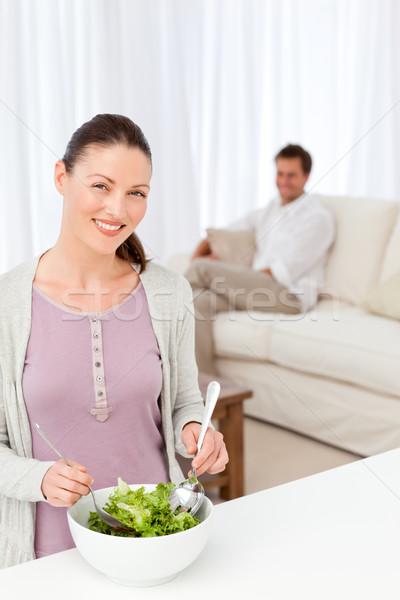 Stockfoto: Mooie · vrouw · salade · keuken · vriendje · vergadering · woonkamer
