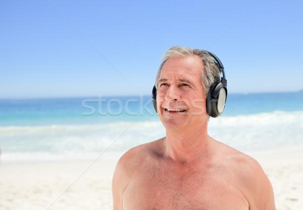 отставку человека прослушивании музыку пляж девушки Сток-фото © wavebreak_media