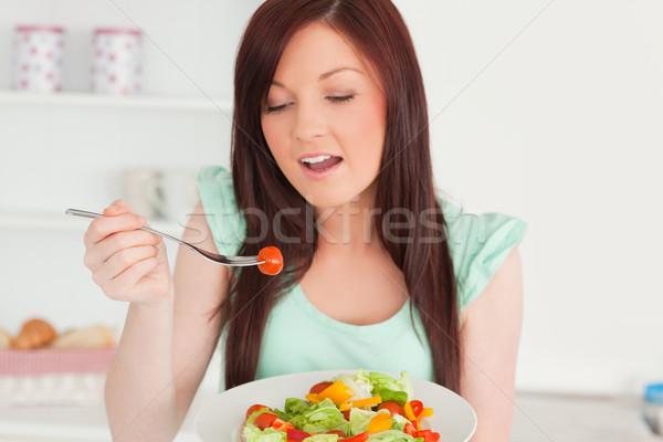 Bájos nő élvezi vegyes saláta konyha Stock fotó © wavebreak_media