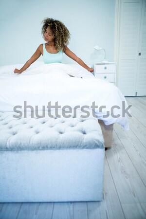 Mooie vrouwelijke ontspannen vergadering bed glimlach Stockfoto © wavebreak_media
