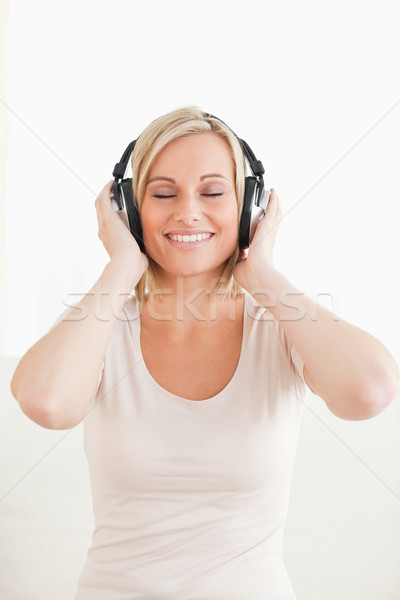 Retrato mulher ouvir música branco sorrir feliz Foto stock © wavebreak_media