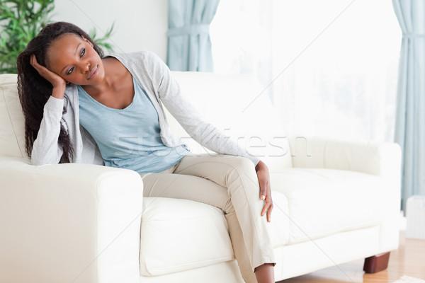 Jonge vrouw sofa gedachten ontspannen woonkamer salon Stockfoto © wavebreak_media