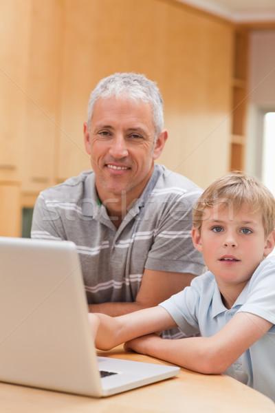 Portre erkek baba dizüstü bilgisayar kullanıyorsanız mutfak Internet Stok fotoğraf © wavebreak_media