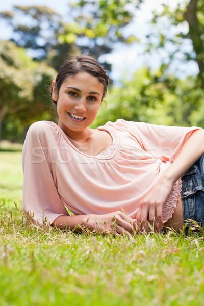 Donna sorridente guardando dritto bugie giù Foto d'archivio © wavebreak_media