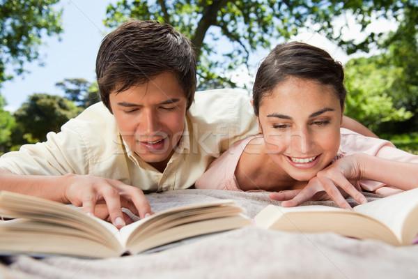 Człowiek uśmiechnięta kobieta czytania książek wraz koc Zdjęcia stock © wavebreak_media