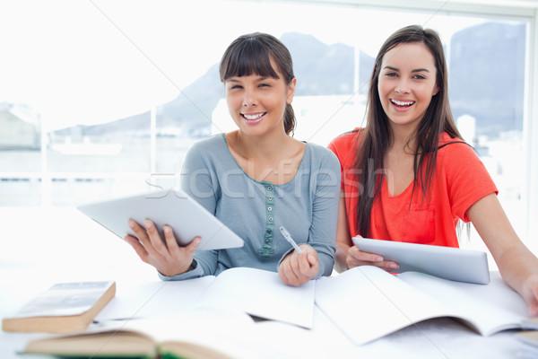 девочек таблетка стороны оба посмотреть Сток-фото © wavebreak_media